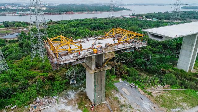 Là dự án trọng điểm quốc gia, cao tốc Bến Lức - Long Thành có tổng mức đầu tư 31.320 tỉ đồng, tương đương 1.607 triệu USD. Dự án có tổng chiều dài 57,7km, đi qua 3 tỉnh, thành phố gồm Long An, TP.Hồ Chí Minh và Đồng Nai.