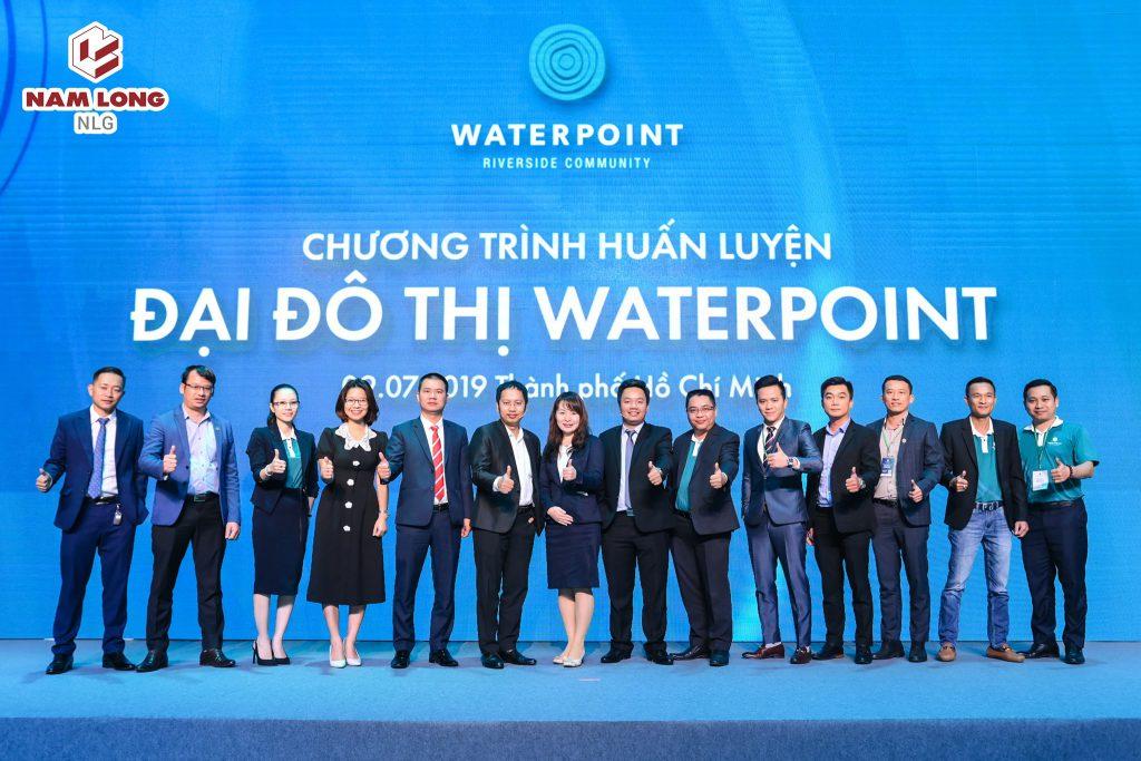 Đại diện các đơn vị F1 phân phối dự án Waterpoint chụp hình lưu niệm với chủ đầu tư.
