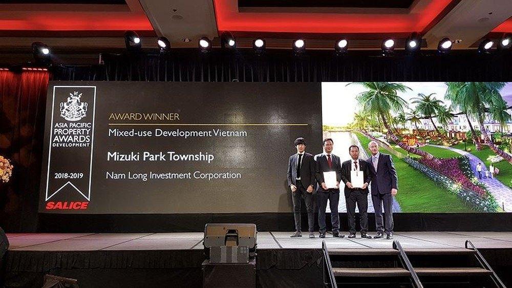 """dự án Flora Mizuki (dự án thành phần thuộc khu đô thị Mizuki Park) được vinh danh với hạng mục """"Khu phức hợp tốt nhất"""" (Best Mixed use Development) và """"Khu căn hộ biệt lập tốt nhất"""" (Best Condominium)."""