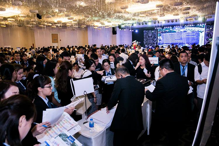 Đội ngũ Lãnh đạo và CVKD Sàn Giao dịch BĐS Nam Long hăng say phục vụ khách hàng