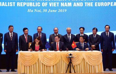 Hiệp định FTA giữa Việt Nam và EU được ký kết. Phía Việt Nam, đại diện là Bộ trưởng Công Thương Trần Tuấn Anh và phía EU, đại diện là Cao uỷ Thương mại EU Cecilia Malmstrom và Stephan Radu Oprea, Bộ trưởng Môi trường Kinh doanh, Thương mại và Doanh nghiệp của Romania.