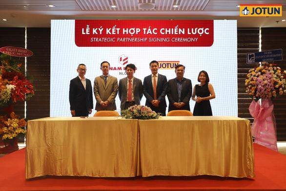 Đại diện Nam Long và Jotun tại buổi ký kết hợp tác chiến lược