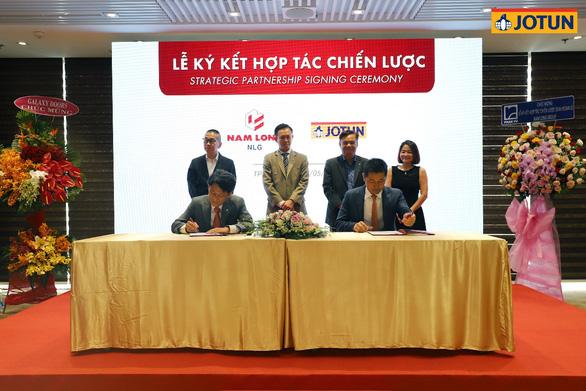 Phó Tổng Giám Đốc Phụ Trách Điều Hành & Phát Triển của tập đoàn Nam Long, ông Nguyễn Thanh Sơn (trái) ký kết hợp tác chiến lược với Tổng Giám Đốc tập đoàn sơn Jotun Việt Nam, ông Jon Bigseth (phải)