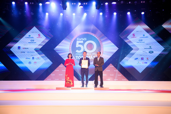 Ông Phạm Đình Huy - GĐ Đầu tư Tập đoàn Nam Long nhận giải từ BTC.