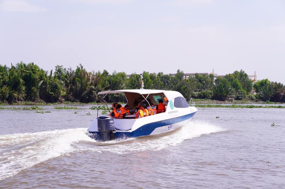 Du thuyền ven sông Vàm