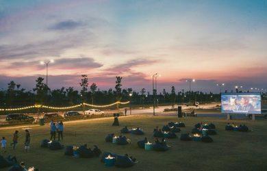 Cuối tuần, gia đình tận hưởng các hoạt động Cafe Nhạc Acoustic tại bến du thuyền Rivera 1 và chiếu phim ngoài trời .